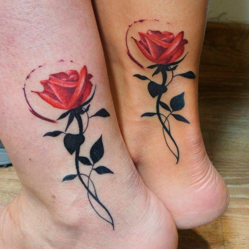 Tatuaje new school a todo color de rosas rojas en tobillos de chicas. Tatuajes Cartoon & New School de Laura Bluntt en Ink Sweet Tattoo Madrid